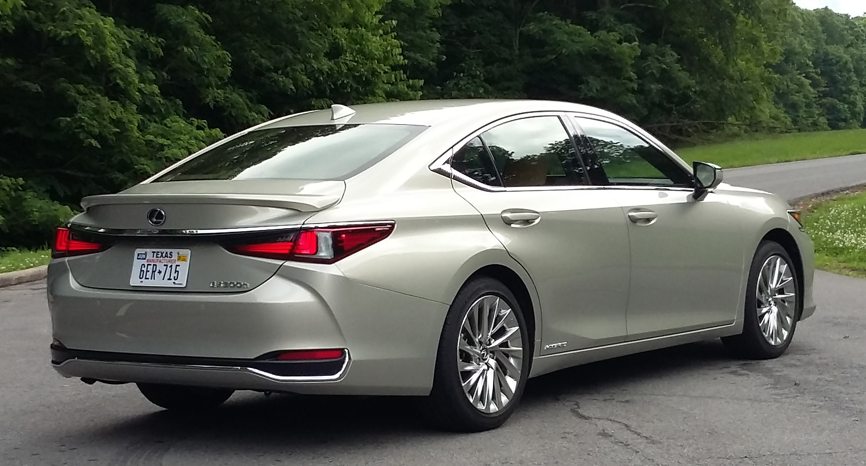 2019 Lexus Es Both The 300h Hybrid Shown And Performance Oriented F Sport Come With A Rear Spoiler Regular 350 Lacks